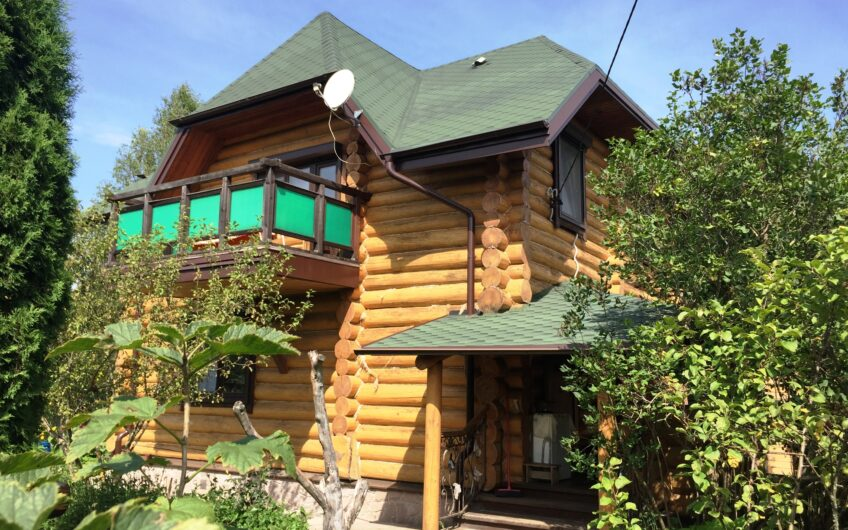 Добротный бревенчатый дом 100 кв. м из лиственницы с баней рядом с ВДХР.