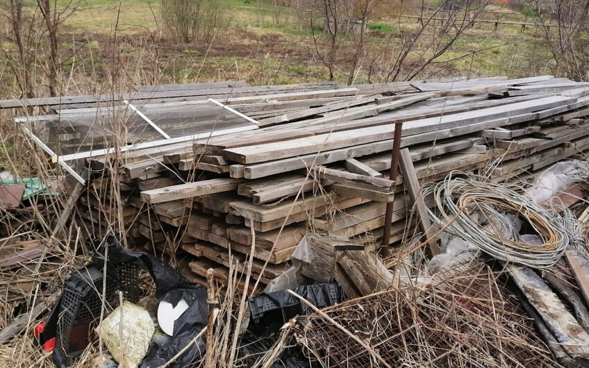Участок в деревне 6 соток со строительным материалом.