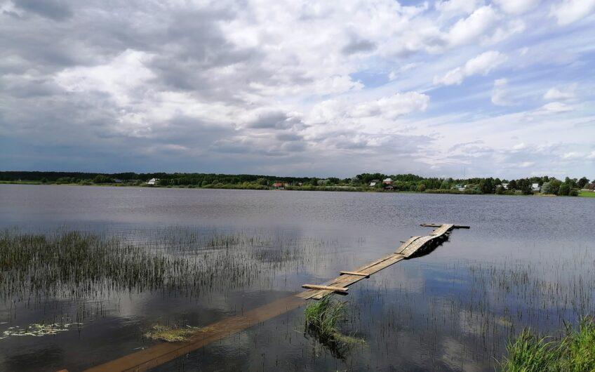 Участок в 8 соток со строительным материалом с видом на озеро.